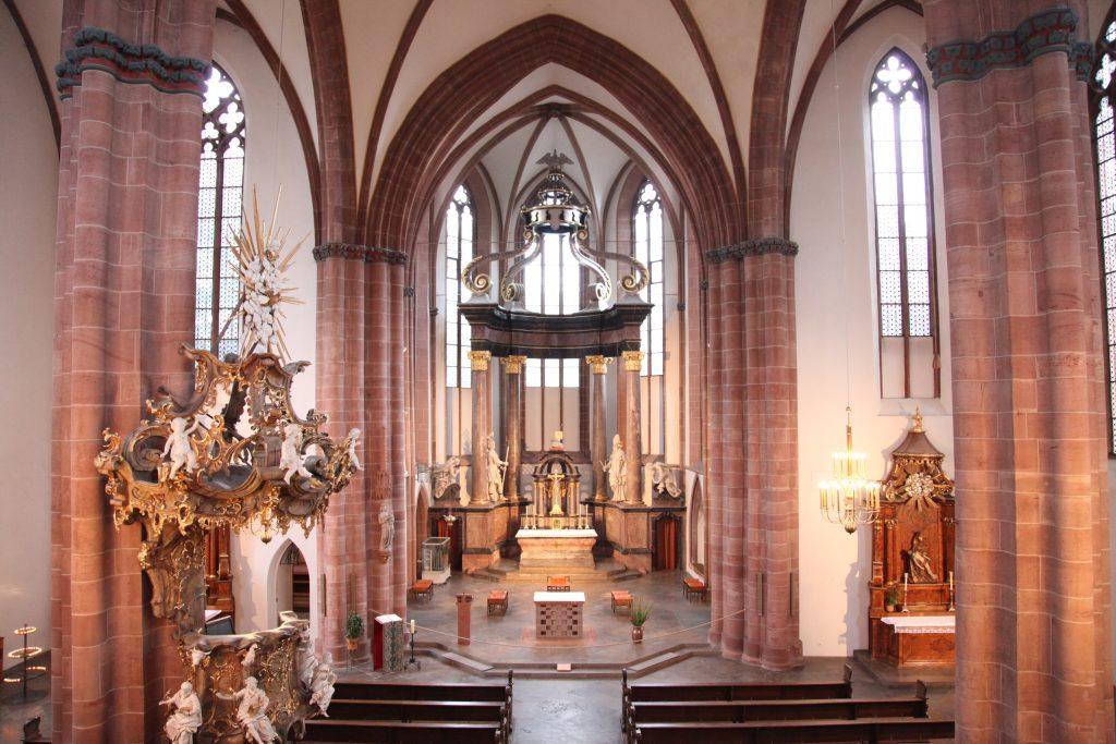 St. Quintin, Ansicht von innen, Blick auf Altar
